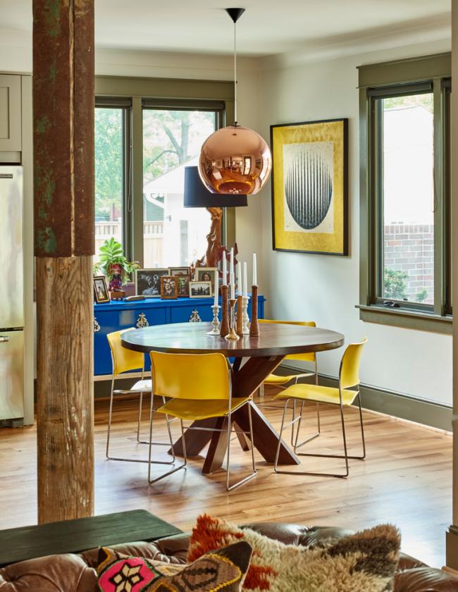Уютная гостиная в стиле эклектика с ярко-желтыми стульями
