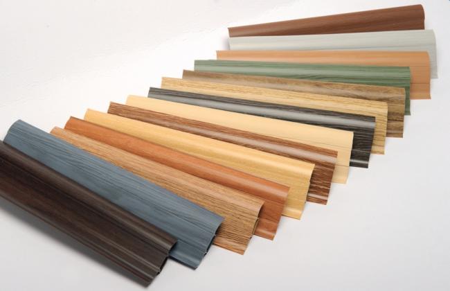 Пластиковые напольные плинтусы имеют очень много преимуществ и в большинстве случаев способны заменить деревянные