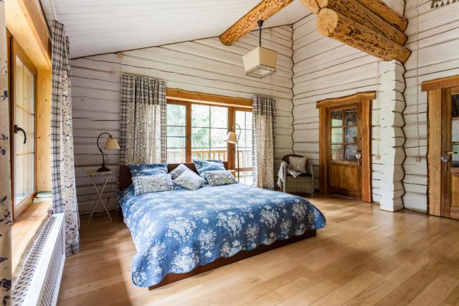 Просторная спальня одноэтажного дома в стиле кантри