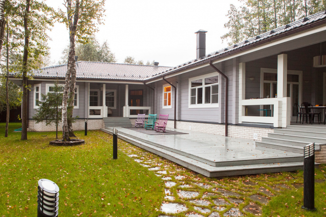 Уютный семейный одноэтажный дом из крашеного бруса