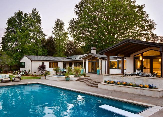 Современный одноэтажный дом с большим бассейном во дворе