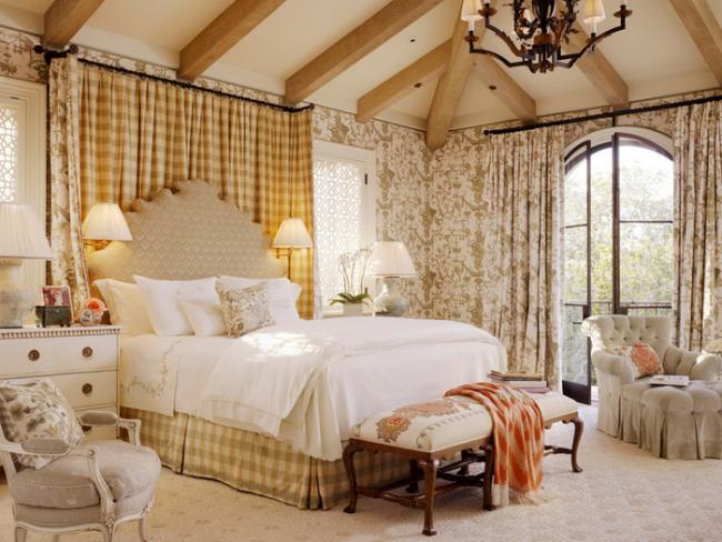 Подобная роскошная спальня подойдет для большого дома в прованском стиле
