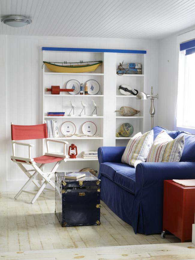 Небольшая, но очень уютная гостиная в морском стиле