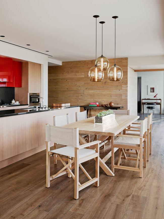 Деревянные режиссерские стулья в дизайне кухни в стиле модерн
