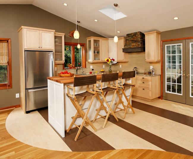 Компактная кухня в стиле кантри с высокими режиссерскими стульями