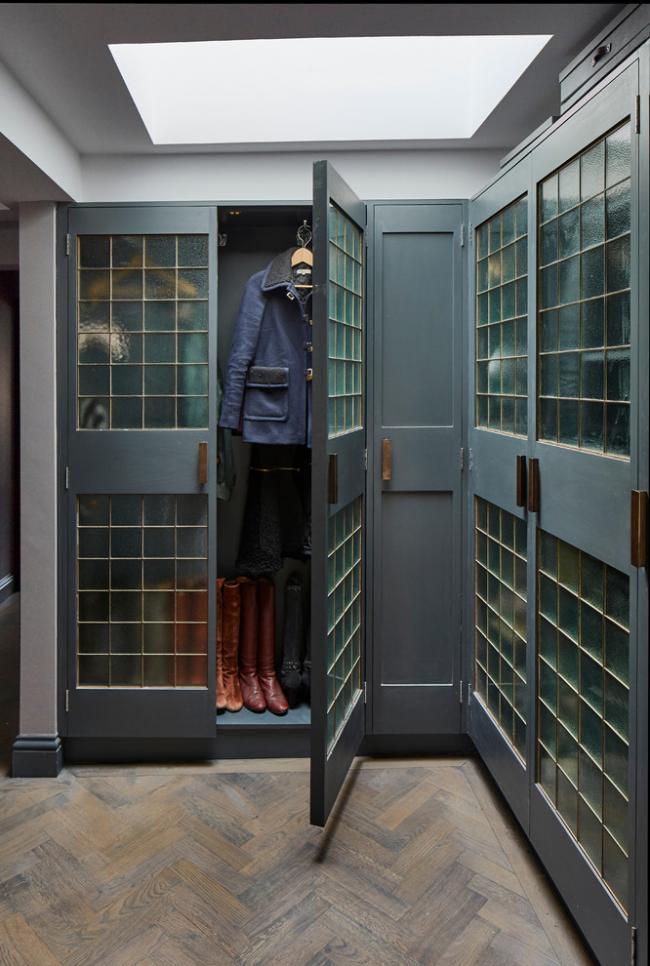 Современный угловой шкаф со стеклами для прихожей