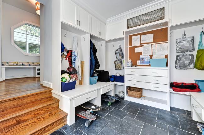 угловой шкаф в прихожую: удобная светлая прихожая с функциональным угловым шкафом