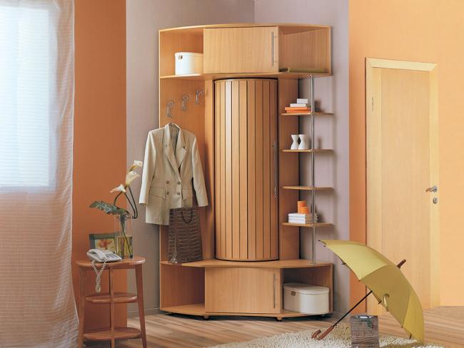 Компактный угловой шкаф для небольшой прихожей