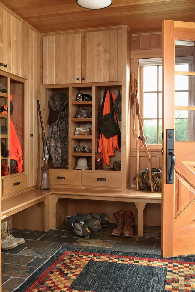 Угловой шкаф для прихожей охотничьего дома