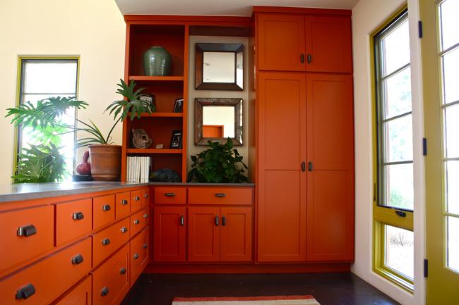 Ярко-оранжевый угловой шкаф для прихожей частного дома