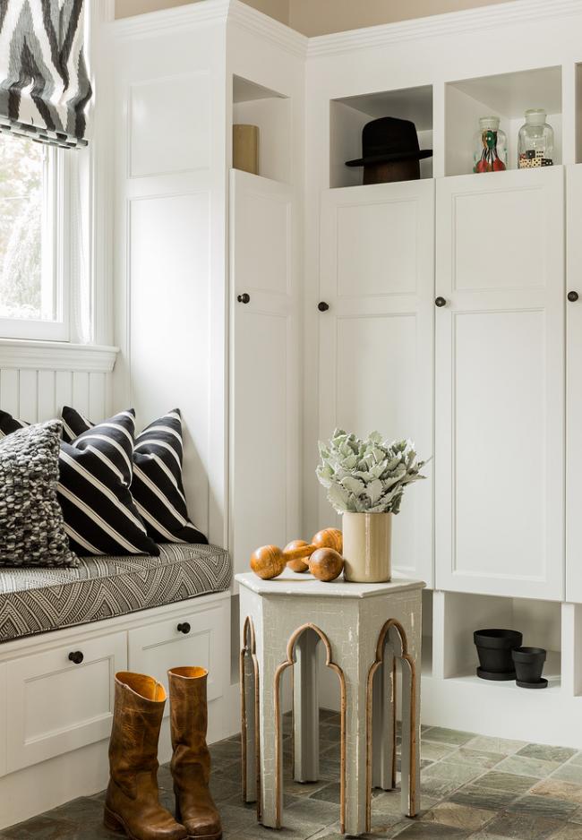 Небольшой угловой шкаф с сидением и подушками