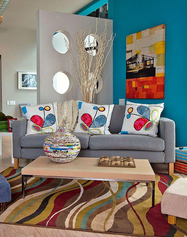 Яркие подушки и оригинальная ваза в гостиной