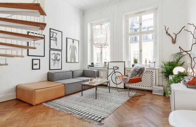 """Скандинавский стиль может стать более """"живым"""" благодаря арт-объектам:: картинам в рамах, оленьим рогам на стене, композициям из дерева на консольном столике"""