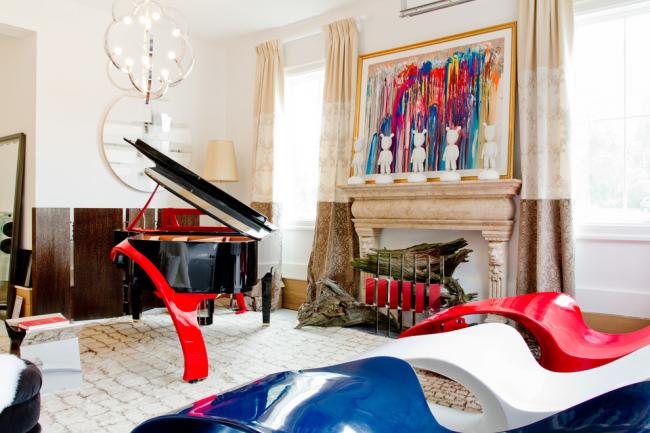 Арт-объекты позволяют создать уникальный необычный дизайн: арт-пианино, стулья, картины, светильник, камин и картина