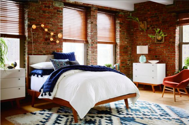 Небольшая современная спальня с двумя компактными белыми комодами, один из которых выполняет функцию прикроватной тумбочки
