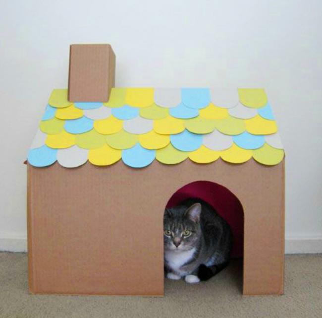 Шаг 7: пускаем кошку в свой домик. При необходимости на пол дома можно уложить кусок ткани для уюта и комфорта питомца