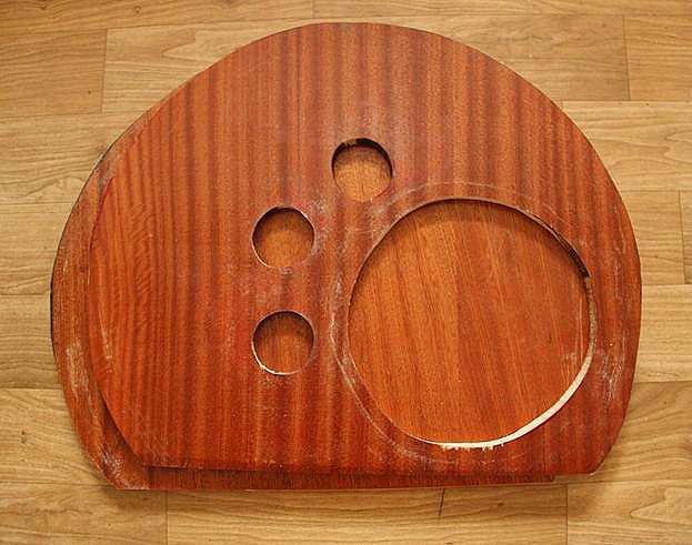 Вырезаем отверстия и форму домика при помощи лобзика