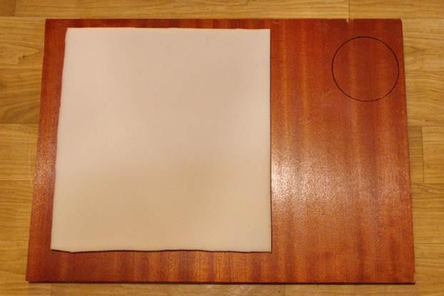 Следующий этап - работа с основанием домика. Ставим нашу деталь на основу и измеряем место для лежанки и вырезаем необходимое количество поролона, сбоку рисуем место для трубы