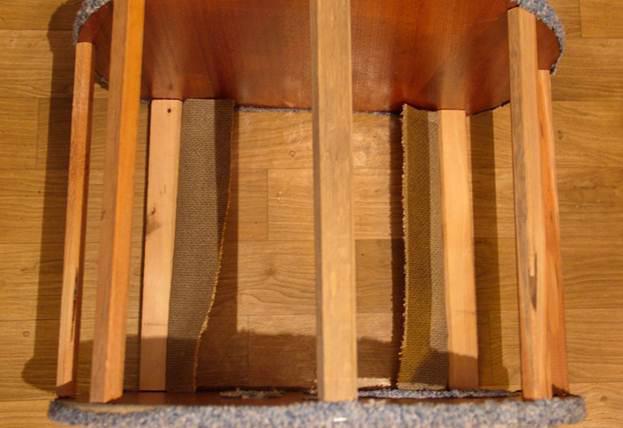 Нижние рейки, которые скрепляют основание домика, необходимо также заклеить тканью