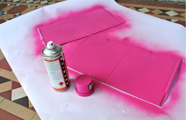 Шаг 3: декорируем внутреннюю часть коробки - окрашиваем крышу при помощи спрея-краски