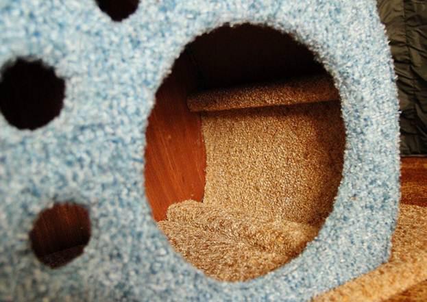 Продолжаем обклеивать домик тканью. Особенно необходимо уделить внимание тем частям, которые видны снаружи