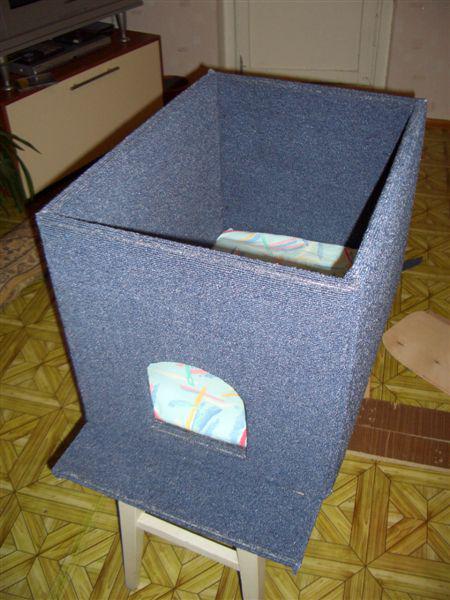 Основание должно быть чуть дольше, чтобы была возможность создать ступеньку. Внутри домика можно положить подушку или поролон для удобства животного