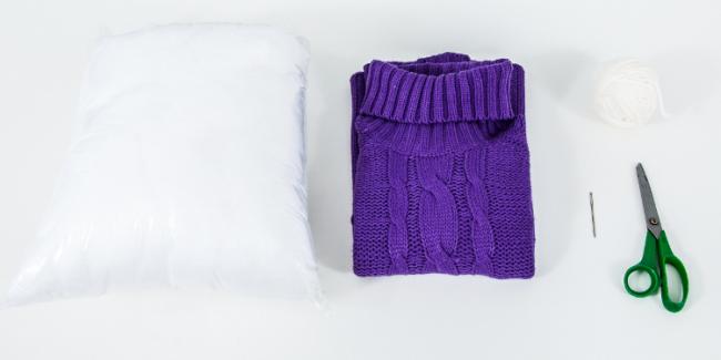 Вариант 2: Тканевый лежак можно создать при помощи старого вязанного свитера, синтепона, ножниц, иголки и ниток
