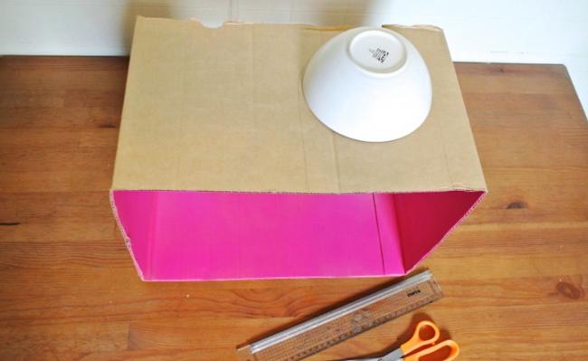 Шаг 4: делаем окна в домике. Для этого прикладываем блюдца и обводим карандашиком места, где буде расположен проем