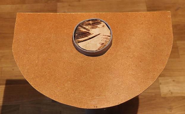 В одном из полукругов вырезаем отверстие и вставляем в него трубку