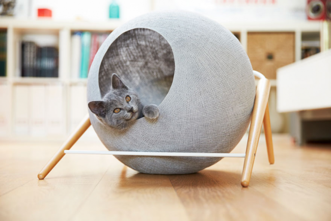 Круглая лежанка для кота с деревянными ножками