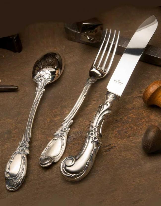 Красивый серебряный столовый набор