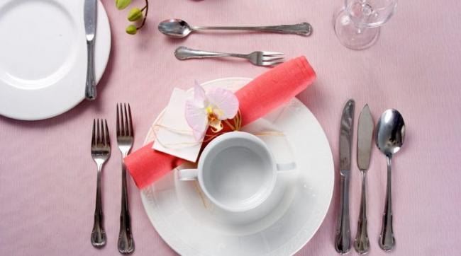 Грамотное расположение десертной ложки при сервировки стола