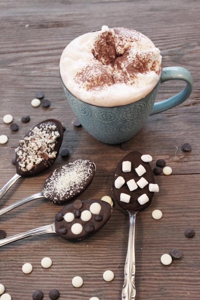 Оригинальная подача капучино с шоколадным десертом в ложке