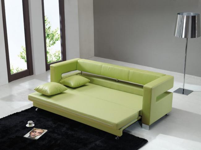 Качественный кожаный диван в салатовом цвете станет изюминкой светлой гостиной