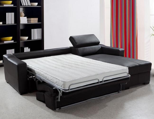 Раскладной кожаный диван с ортопедическим матрасом в просторной гостиной