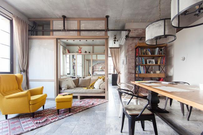 Интересное оформление спальной зоны в интерьере квартиры-студии