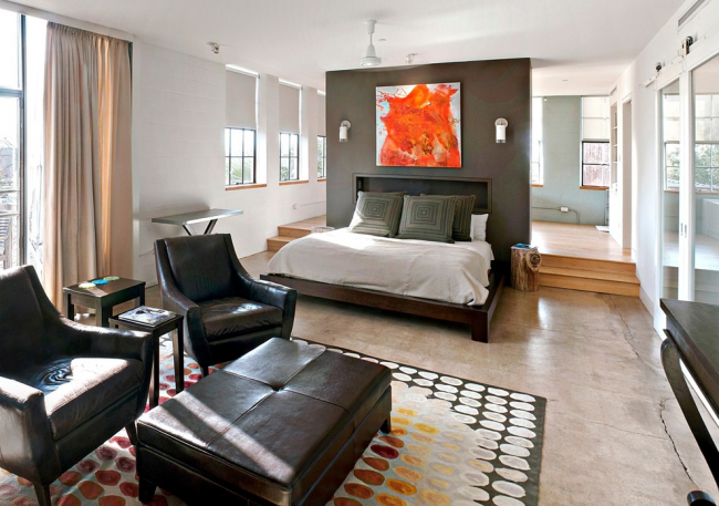 Небольшая перегородка для отделения кухни от спальни, совмещенной с гостиной