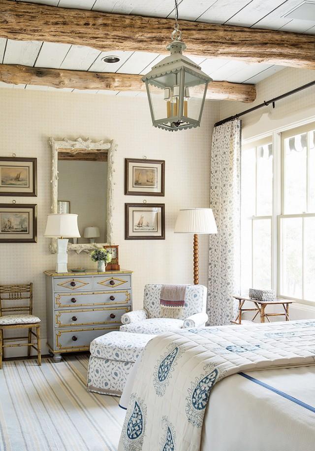 Искусственные потолочные балки помогут в оформлении интерьера в стиле кантри