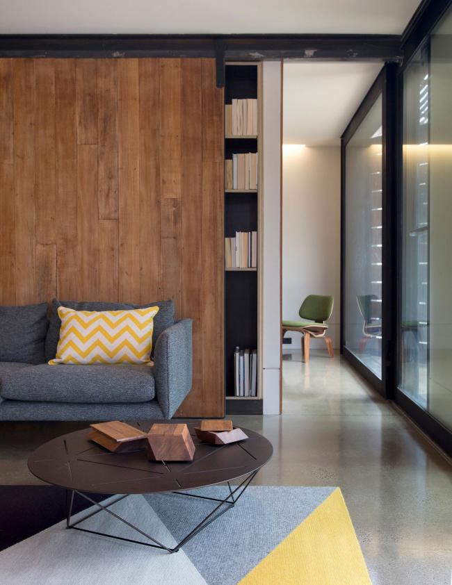 Сочетание в интерьере деревянных дверей купе для книжного шкафа и стеклянных межкомнатных