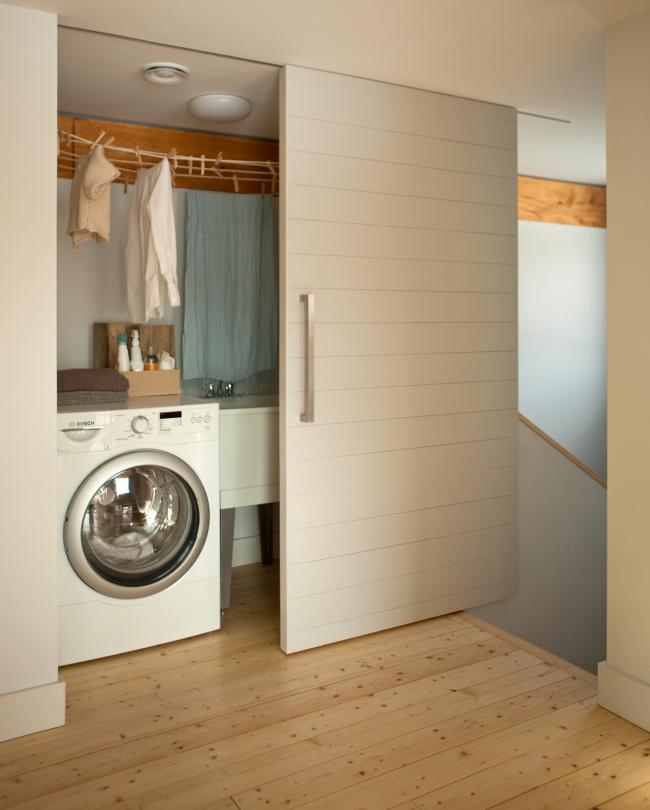 За дверью-купе вы можете скрыть небольшой уголок для стирки - отличное решение для небольших квартир