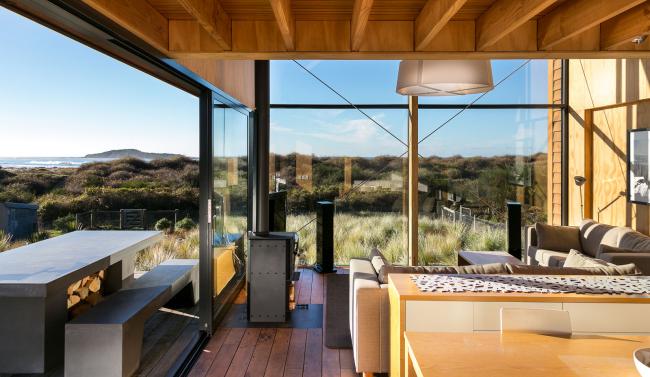 Невероятно красивое решение для загородного домика - оформить стены под большие стеклянные двери-купе