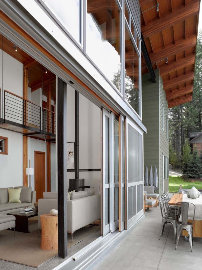 Большие стеклянные двери-купе в частном доме, закрепленные на двух напрявляющих