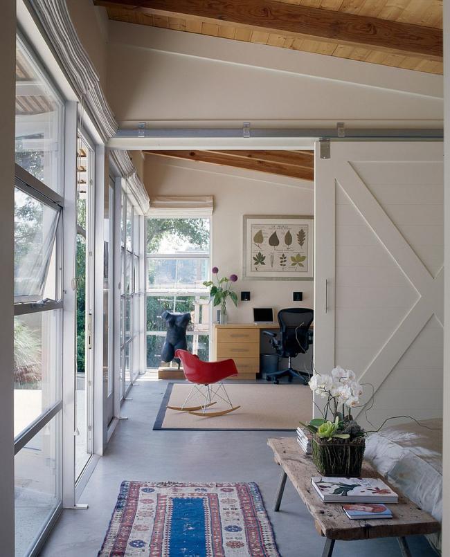 Межкомнатные деревянные двери-купе оформленные в белый цвет отлично дополнят общий интерьер
