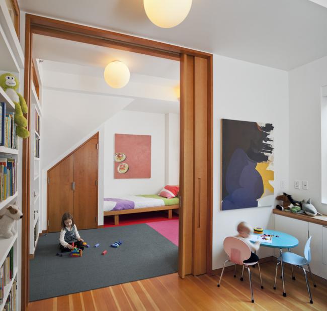 Складные межкомнатные деревянные двери-купе станут практичным и безопасным решением для детской комнаты
