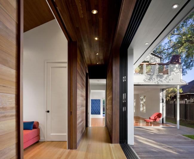 Межкомнатные двери-купе в частном доме. Обратите внимание, что материал коробки дверей соответствует общей отделке коридора