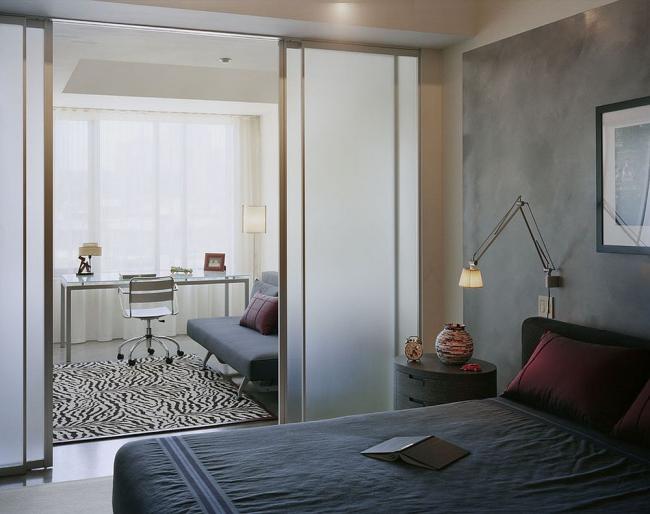 Двери-купе из матового стекла отделяют спальню от рабочей зоны