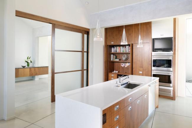 Межкомнатные двери-купе, коробка которых отлично гармонирует с элементами кухонного гарнитура