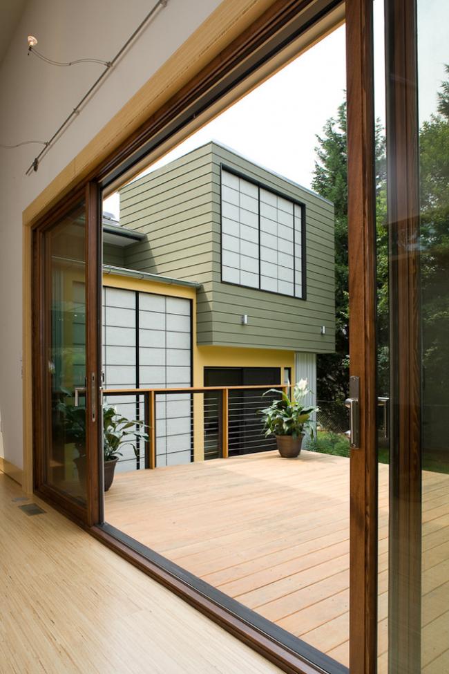 Кассетные двери-купе в частном доме ведущие на небольшую террасу