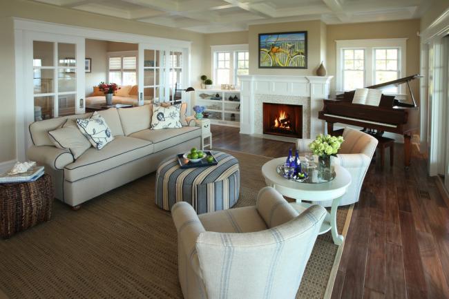 Светлая гостиная с комбинированными межкомнатными дверями из дерева и стекла, что придают интерьеру легкости и вздушности