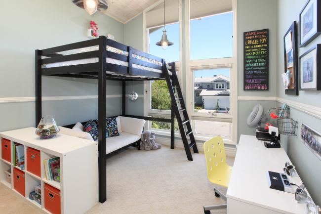 Двухъярусная кровать с диваном внизу - проверенный способ освободить дополнительное пространство для рабочей зоны